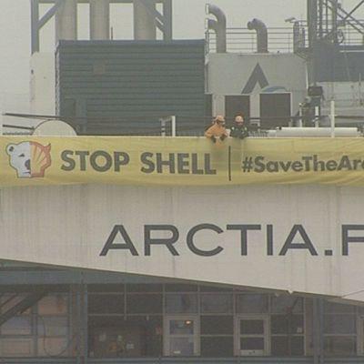 Greenpeacen aktivisteja monitoimimurtajalla.