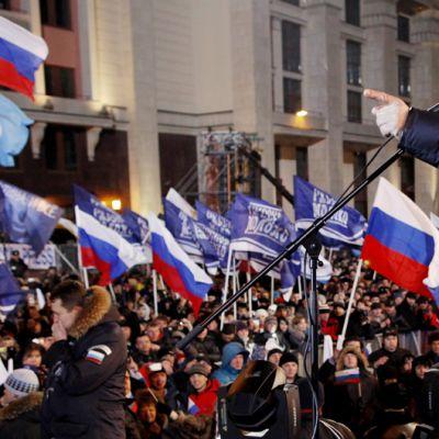Vladimir Putin puhuu kannattajilleen Moskovassa.