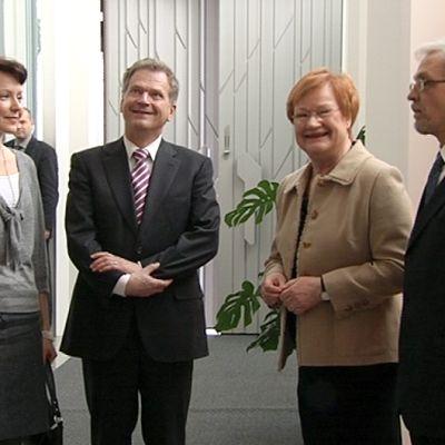Tarja Halonen ja Pentti Arajärvi sekä Sauli Niinistö ja Jenni Haukio Mäntyniemessä.