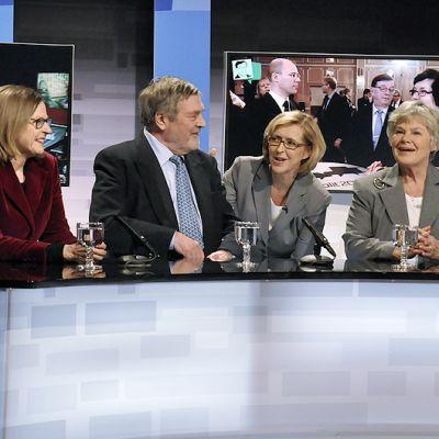 Ylen vaalilähetyksen juontaja Riikka Uosukainen juttelee entisten presidenttiehdokkaiden Heidi Hautalan, Claes Anderssonin ja Elisabeth Rehnin kanssa avin hetki ennen lähetystä.