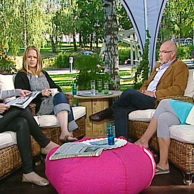 Ihmisiä Aamu-tv:n teltalla.