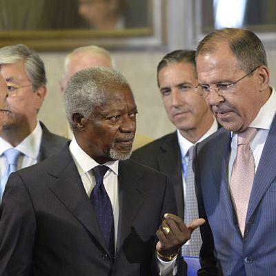 Kofi Annan keskustelussa Venäjän ulkoministerin Sergei Lavrov ja YK:n pääsihteerin Ban Ki-moon kanssa.