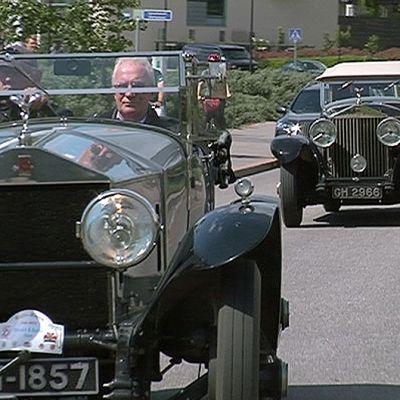 Vanhoja Rolls-Royce -autoja ajamassa jonossa.