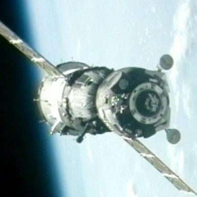 Sojuz-avaruusalus hetki ennen telakoitumistaan kansainväliselle avaruusasemalle.