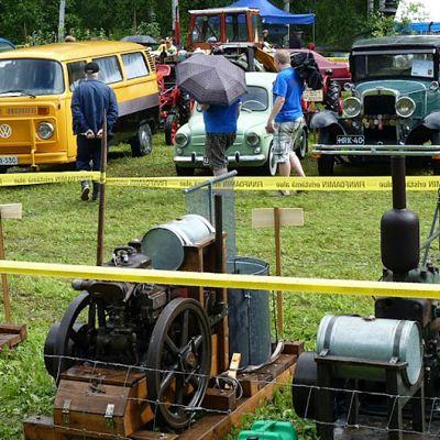 Vanhoja höyrykoneita ja autoja Teuron pellolla