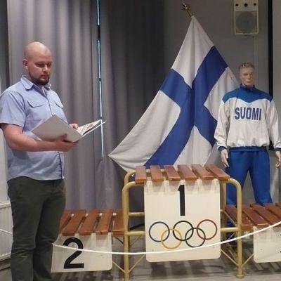 Suomen Tykistömuseon tutkija Samuel Fabrin ja Ahveniston olympialaisten palkintokoroke