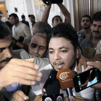 Syyrian opposition jäsen Klahed Abu-Salah toimittajien ristitulessa Kairossa 3. heinäkuuta.