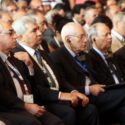 Syyrian oppositiojohtaja Abdel Basset Sayda (kolmas vasemmalta) osallistuu muiden opposition jäsenten kanssa Kairon kokoukseen.