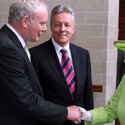 Kuningatar Elisabet II tervehtii entistä IRA-komentajaa, Sinn Féin -puolueen poliitikkoa Martin McGuinnessia.