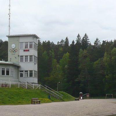 Hämeenlinnan Ahveniston kioski ja urheilukeskuksen torni.