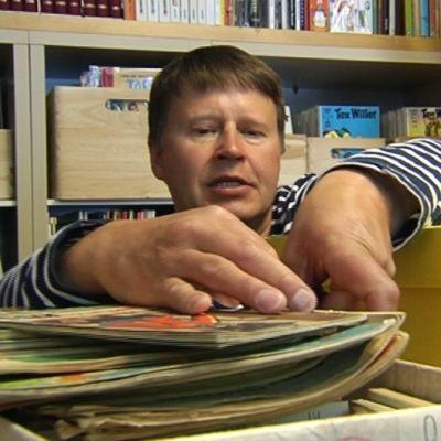 Juha Aarnisalo pitää Kulkukatin poika -nimistä sarjakuvadivaria Helsingissä.