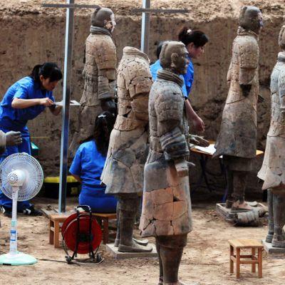 Kiinalaiset arkeologit ovat löytäneet 110 uutta terrakottasotilasta. Sotilaat muovailtiin alunperin suojelemaan yhdistyneen Kiinan ensimmäisen keisarin hautaa.