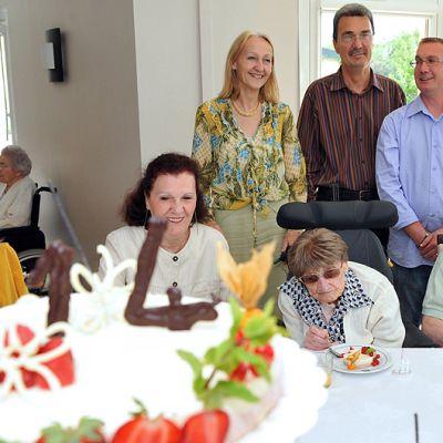 Euroopan vanhin ihminen Marie-Thérèse Bardet juhlii perheensä kanssa 114-vuotissyntymäpäiviään.