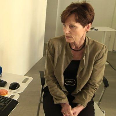 Palmian palvelupäällikkö Marjut Törhönen-Paananen keskustelee virtuaalikotihoidon asiakkaan kanssa videopuhelimella.