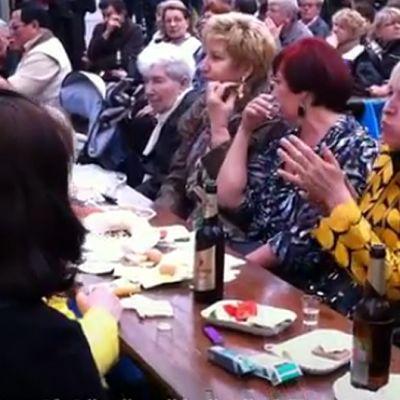 Ihmisiä ulkoilmaruokapöydässä