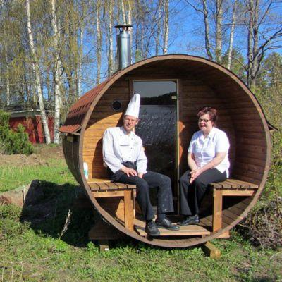 Kokki ja yrittäjä istuvat tynnyrisaunassa meren äärellä