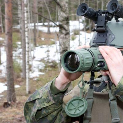 Sotilas katsoo tähystimellä.
