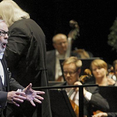Matti Salminen esiintymässä Kansallisoopperan orkesterin kanssa.