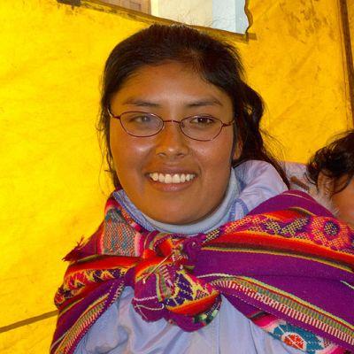 Perulainen nainen lapsi kantoliinassaan