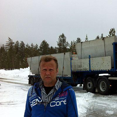 Tuotantopäällikkö Pertti Pirttikoski. Taustalla YBT:n rekka.