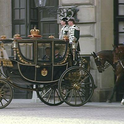 Sauli Niinistö ja kuningas Kaarle Kustaa vaunuissa matkalla kuninkaanlinnaan.