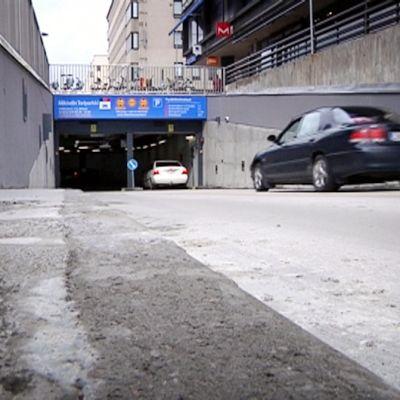 Autoilla ajetaan Mikkelin Toriparkkiin.
