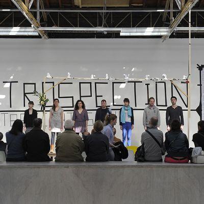 Taiteilijat esiintyvät nykytaiteen Palais de Tokyo -museossa.