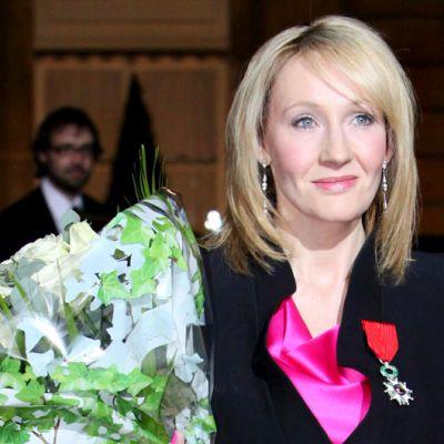 J.K. Rowling juhlistaa saamaansa  kunnialegioonan kunniamerkkiä Pariisissa.