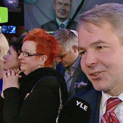 YLEn Ari Hakahuhta haastatteli Tavastialle jo saapunutta Pekka Haavistoa.