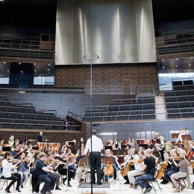 Sakari Oramo johtaa RSO:n harjoituksia uudessa musiikkitalossa.