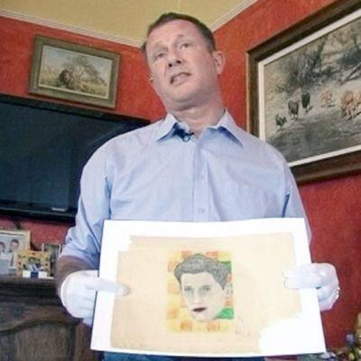 Mies esittelee Andy Warholin tekemää teosta.