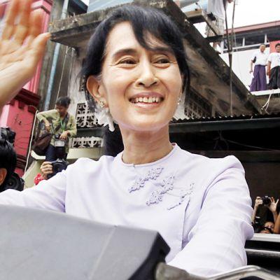 Aung San Suu Kyi  vilkuttaa kannattajilleen Myanmarin Yangonissa