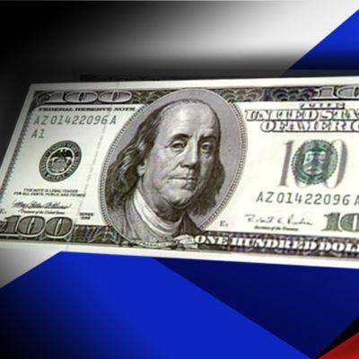 100 dollarin seteli ja Venäjän lippu