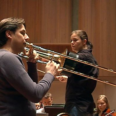 Jörgen van Rijen harjoittelee Pasuunakonserttia Anna-Maria Helsingin johtaman Oulu Sinfonian kanssa.