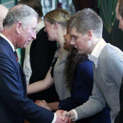 Walesin prinssi Charles tapaa Oslon ja Utøyan iskuista henkiinjääneitä Oslossa.