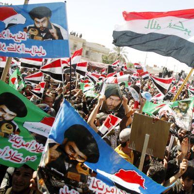 Muqtada al-Sadrin kannattajat osoittavat mieltään Irakin Basrassa.