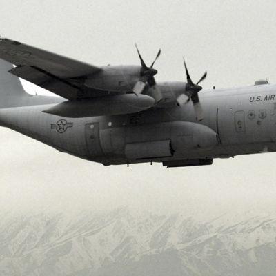 Yhdysvaltojen C-130 Hercules -kuljetuskone laskeutuu.
