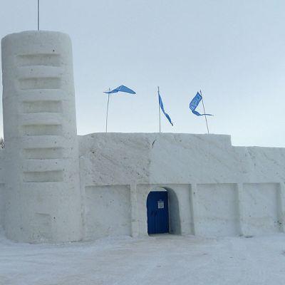 Kemin Lumilinnan etuseinän tornia kallistavat aurinko ja etelätuuli.