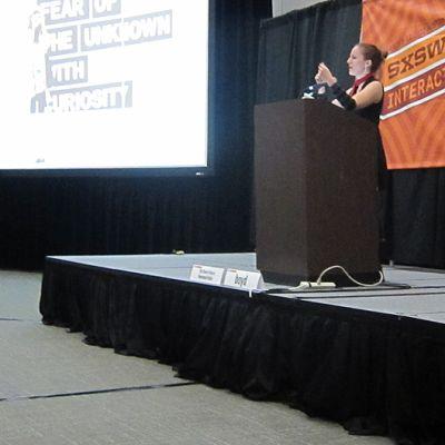 Danah Boyd luennoimassa SXSW-tapahtumassa Austinissa.