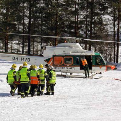 Rajavartiolaitoksen helikopteri Muurolan kylässä Rovaniemellä pelastusharjoituksessa