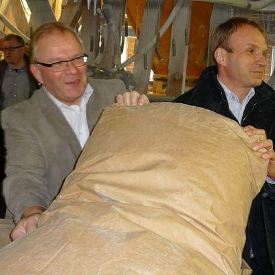 Myllytoiminnan vastaava Kari Huikuri  ja Raisioagron kaupallinen johtaja Bengt-Erik Rosin.