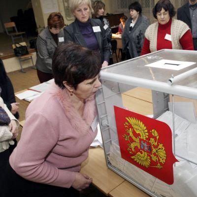 Vaalivirkalijat tyhjentävät vaaliuurnaa Smolenskissa.