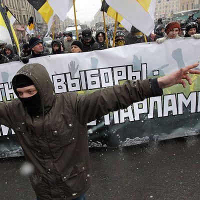 Opposition kannattajat osoittavat mieltään Pietarissa.