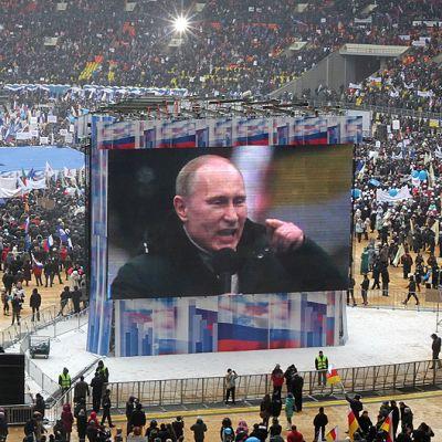 Vladimir Putin puhuu kampanjatilaisuudessaan Luzhniki-stadionilla.