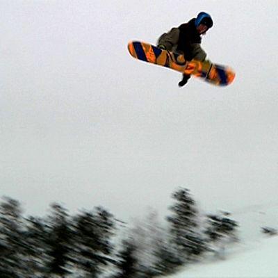 Lumilautailija ilmassa