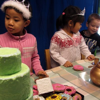 """Lapset """"maistelevat"""" tekoherkkuja pöydän ääressä."""