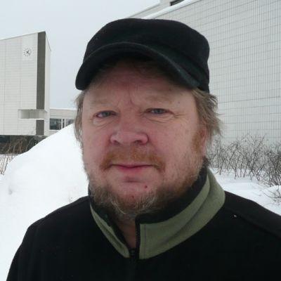 Perussuomalainen kaupunginvaltuutettu Hemmo Koskiniemi ja Rovaniemen kaupungintalo.