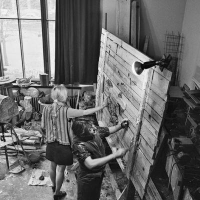 Kuvanveistäjä Kain Tapper (oik.) Lallukan ateljeessaan 1970-luvun alkupuolella.