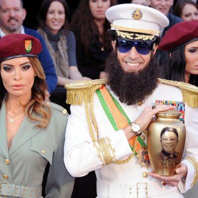 Diktaattoriksi pukeutunut näyttelijä Sacha Baron Cohen saapumassa Oscar-gaalaan.