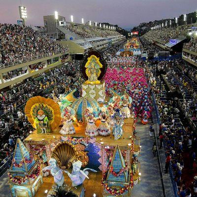 Unidos de Vila Isabel -sambakoulun tanssijat Rio de Janeiron karnevaalikulkueessa.